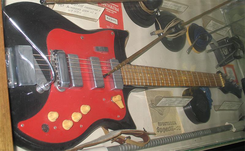 Гитара имеет цельный корпус с